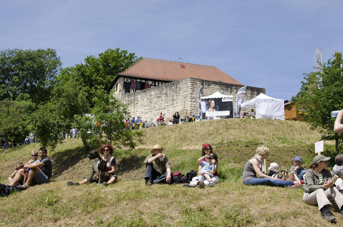 Besucher am Berg der Burg Wäscherschloss; Foto: Staatliche Schlösser und Gärten Baden-Württemberg, Rolf Schwarz