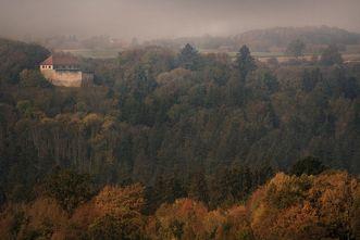 Burg Wäscherschloss im Herbstwald