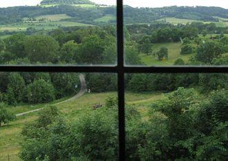 Burg Wäscherschloss, Blick durch ein Fenster zum Hohenstaufen; Foto: Staatliche Schlösser und Gärten Baden-Württemberg, Julia Haseloff