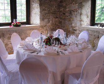 Festlich gedeckter Tisch in der Burg; Foto: Staatliche Schlösser und Gärten Baden-Württemberg, Gottwick