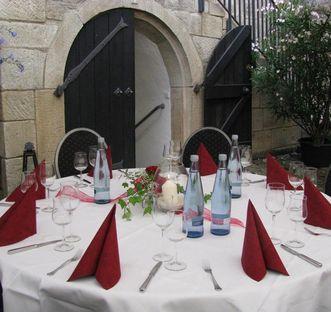 Eingedeckter Tisch im Innenhof