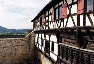 Burg Wäscherschloss, Aussicht über die Mauerkrone auf den Hohenstaufen; Foto: Giancinto Carlucci