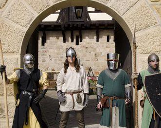 Kostümierte Besucher der Burg Wäscherschloss