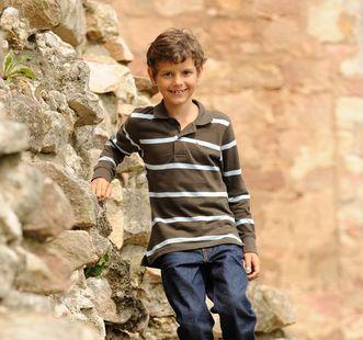 Junge an einer Burgmauer