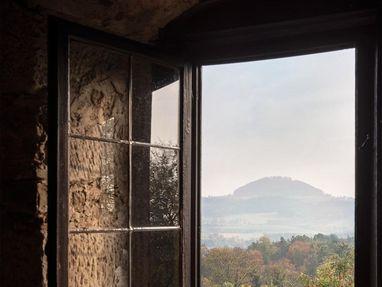 Burg Wäscherschloss, vom Fenster aus sieht man den Berg Hohenstaufen