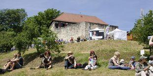 Besucher am Berg der Burg Wäscherschloss
