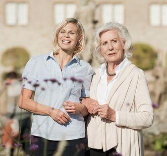 Zwei Damen bei Besichtigung; Foto: Staatliche Schlösser und Gärten Baden-Württemberg, Niels Schubert