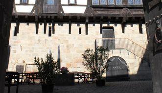 Burg Wäscherschloss, Blick durch den Torbogen auf den Palas