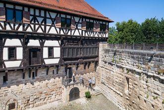 Burg Wäscherschloss, Gäste betreten die Burg