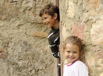 Kinder an einer Mauer auf der Burg Wäscherschloss