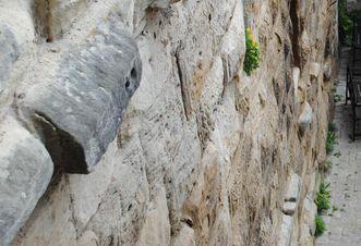 Detailansicht einer Mauer von Burg Wäscherschloss mit Buckelquadern