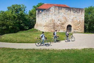 Burg Wäscherschloss, Radfahrer schieben ihre Räder zum Burgeingang